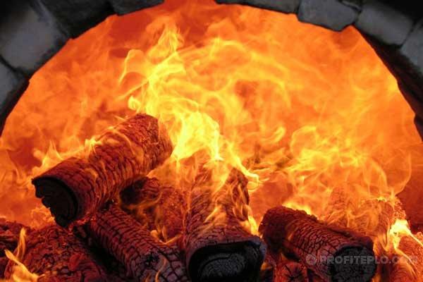 древесный уголь в печи