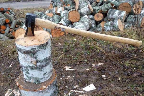 Тяжелый топор для колки дров