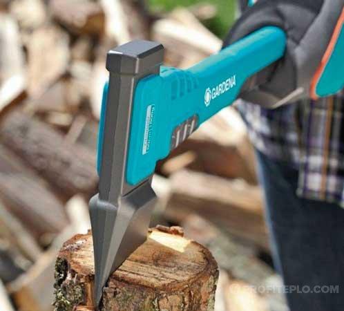 колка дров в перчатках